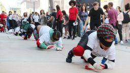 140 души пълзяха в Ню Йорк в името на изкуството