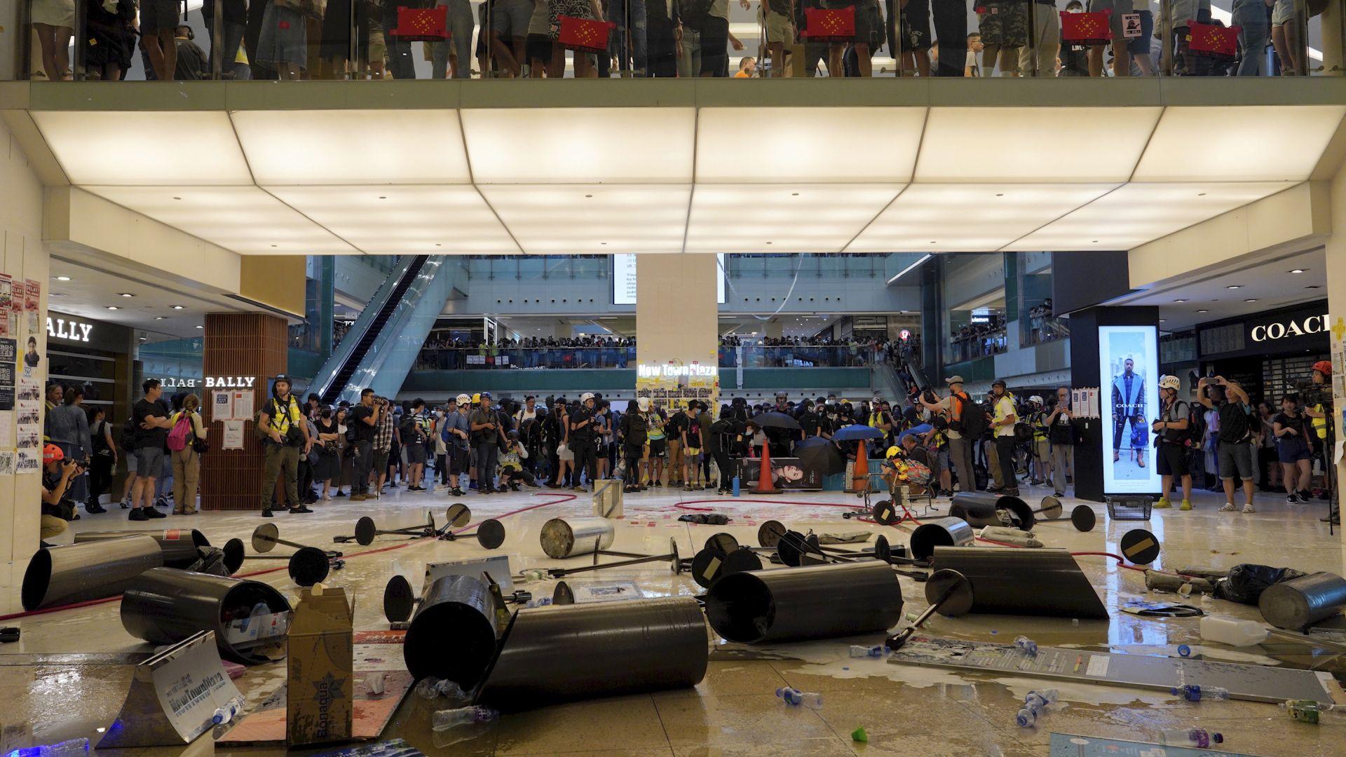 Протестиращи в Хонконг потрошиха метростанция и правиха оригами в мол