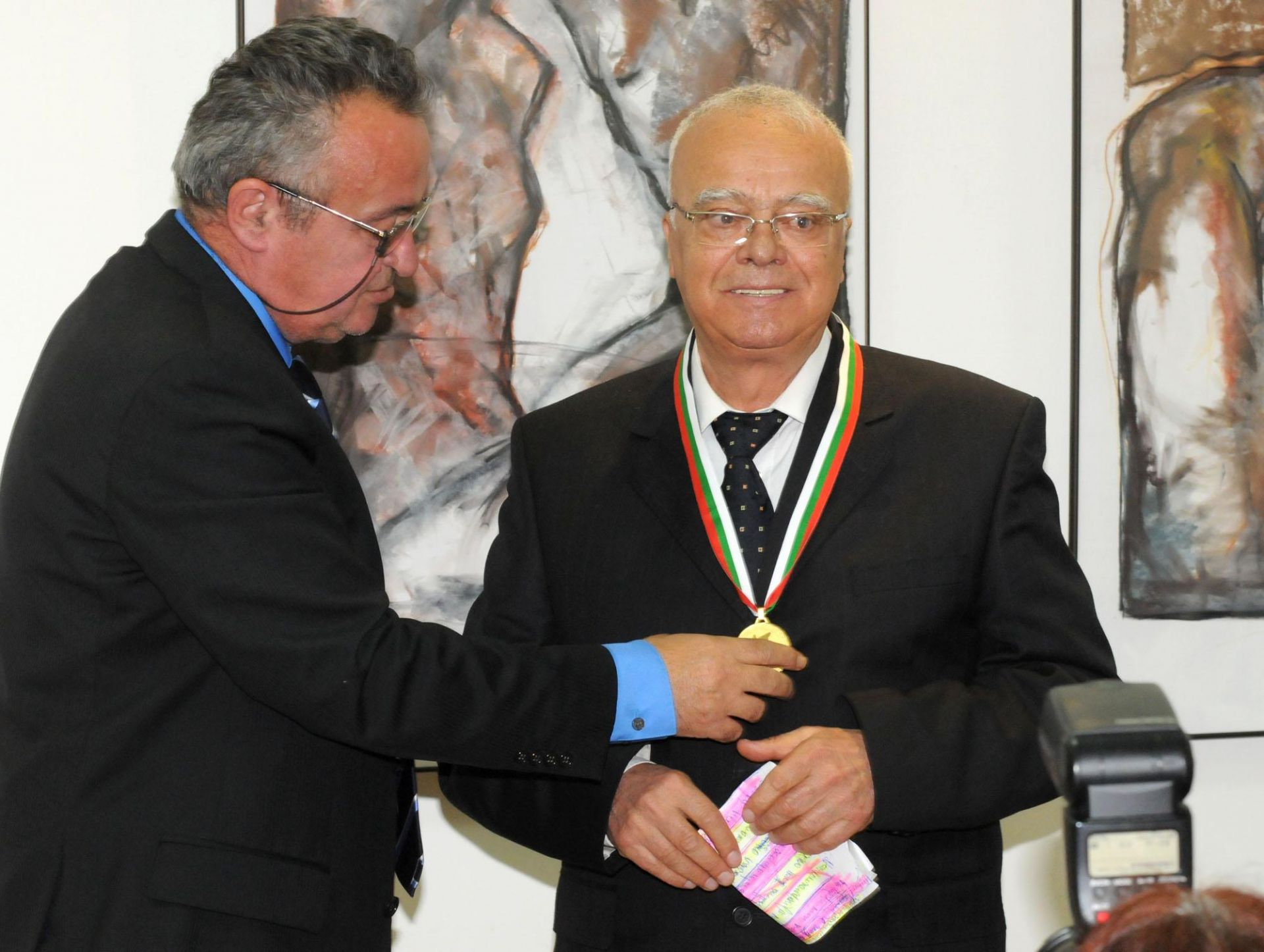 """19 май 2011 г.- Проф. Вучков получава медал """"Иван Вазов"""" за големи заслуги към родната литература и дейността на Съюза на българските писатели. Отличието му връчва председателят на писателското дружество Николай Петев."""