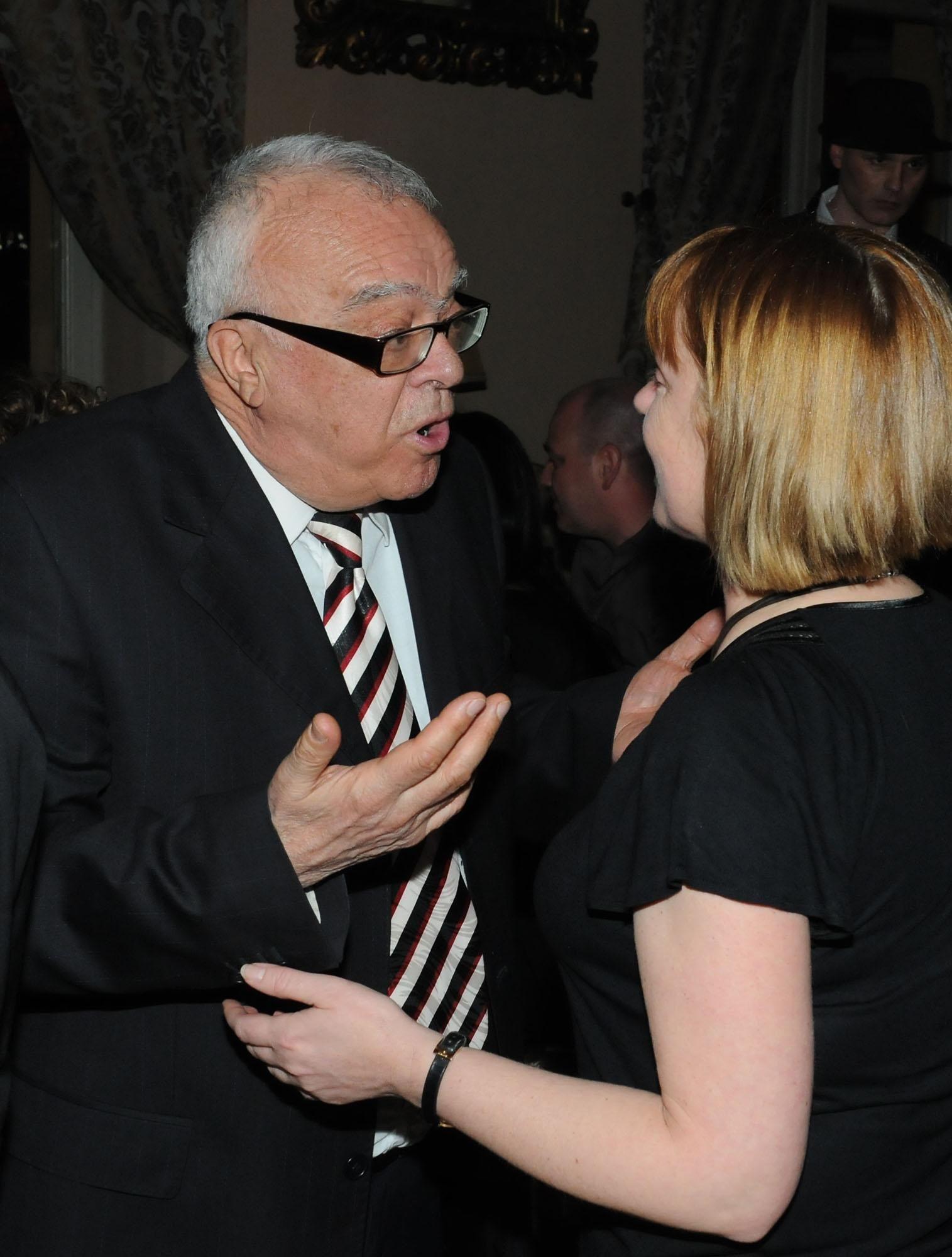 """22 март 2011 г. - Проф. Вучков разговаря за рейтинги с шефката на Нова тв Светла Василева на седмия рожден ден на предаването """"Горещо"""""""