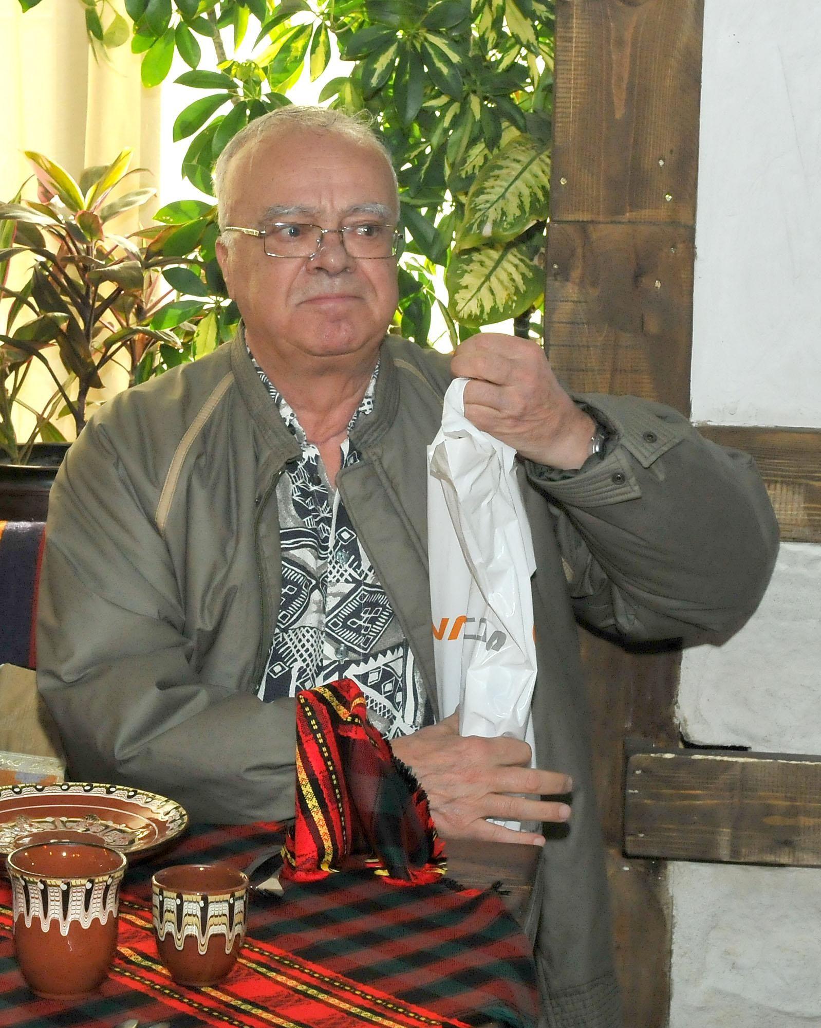 """21 октомври 2010 г. - Проф. Вучков е специален гост на композитора Развигор Попов за представянето на биографичната книга """"Ау-у, от глад умирам"""" в столично заведение"""
