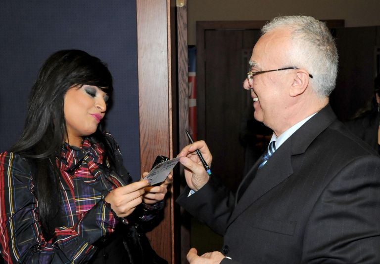 7 ноември 2008 г. - Проф. Вучков дава автограф на Преслава