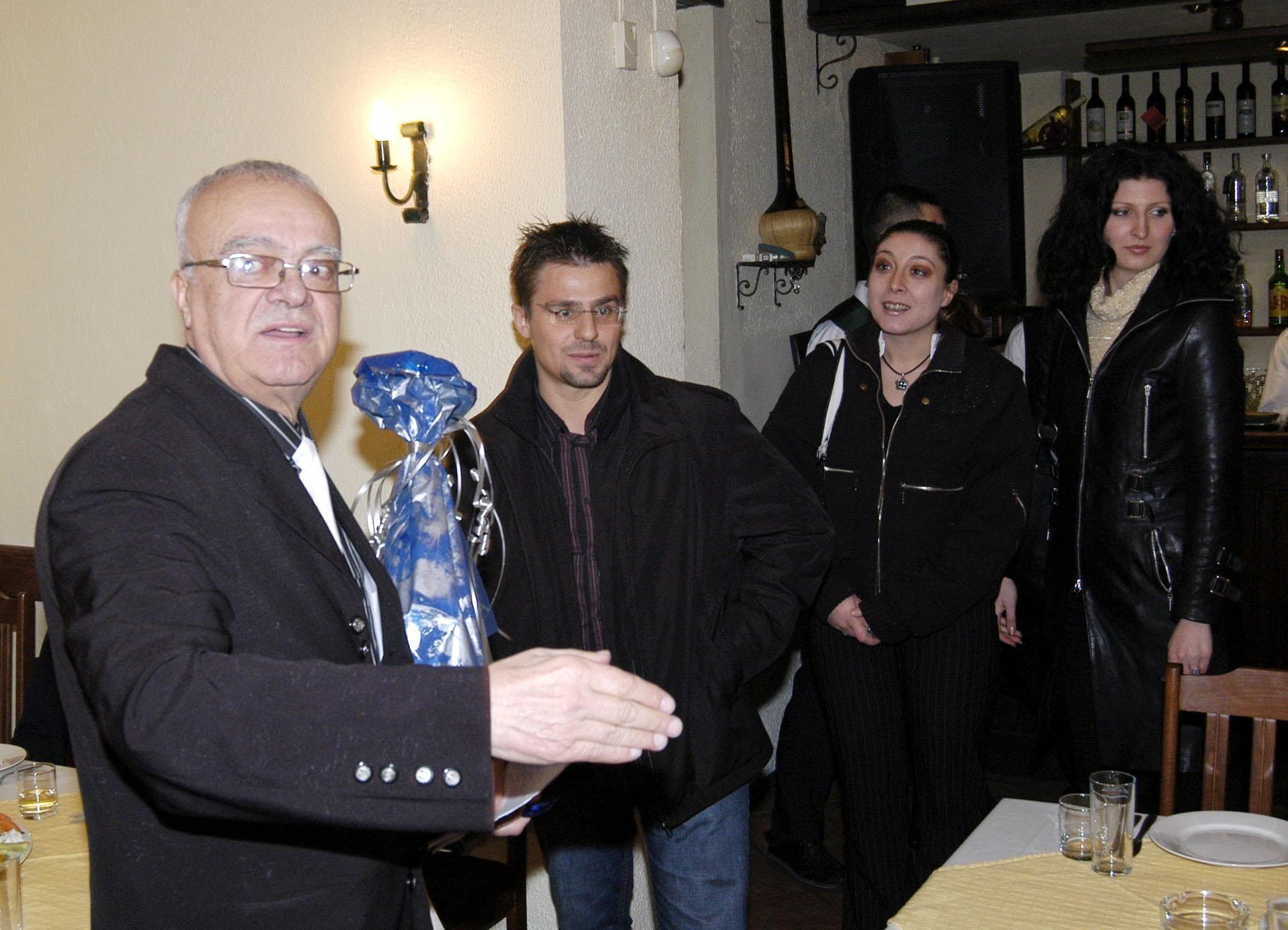 """1 март 2006 г.- Проф. Вучков посреща Андрей Арнаудов на честването на 70-годишния си юбилей и 3 години от старта на предаването """"Размисли и страсти"""" по телевизия СКАТ."""