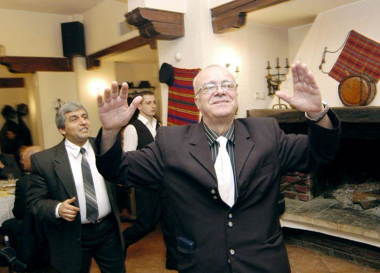 """1 март 2006 г.- Проф. Вучков танцува македонско хоро на честването на 70-годишния си юбилей и 3 години от старта на предаването """"Размисли и страсти"""" по телевизия СКАТ."""