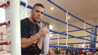Починалият боксьор се бил с чуждо име, за да не трупа загуби на своето. Мениджърът му не знаел