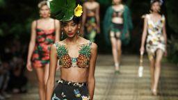 Dolce & Gabbana с анималистична колекция, Gucci - с усмирителни ризи