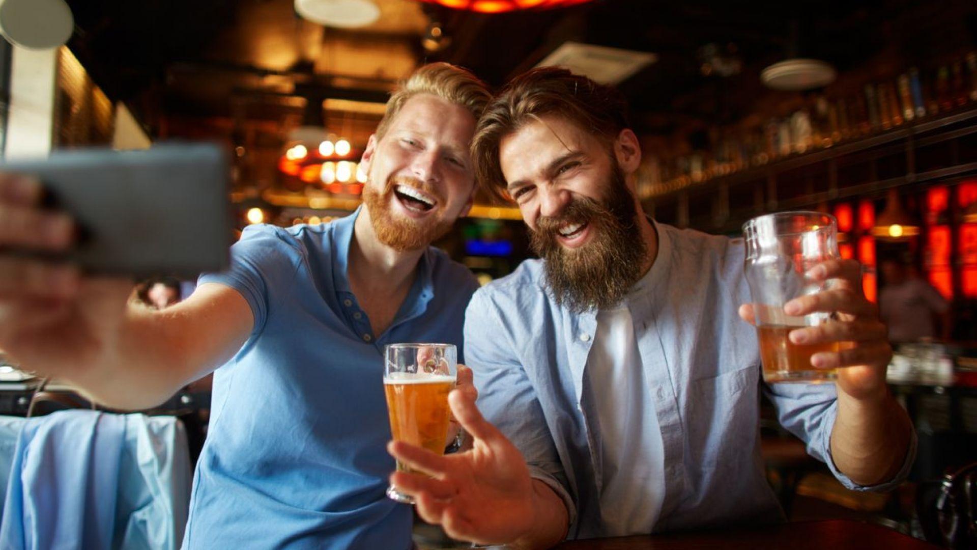 Мъжете често намират приятели в кръчмата или в спортния клуб