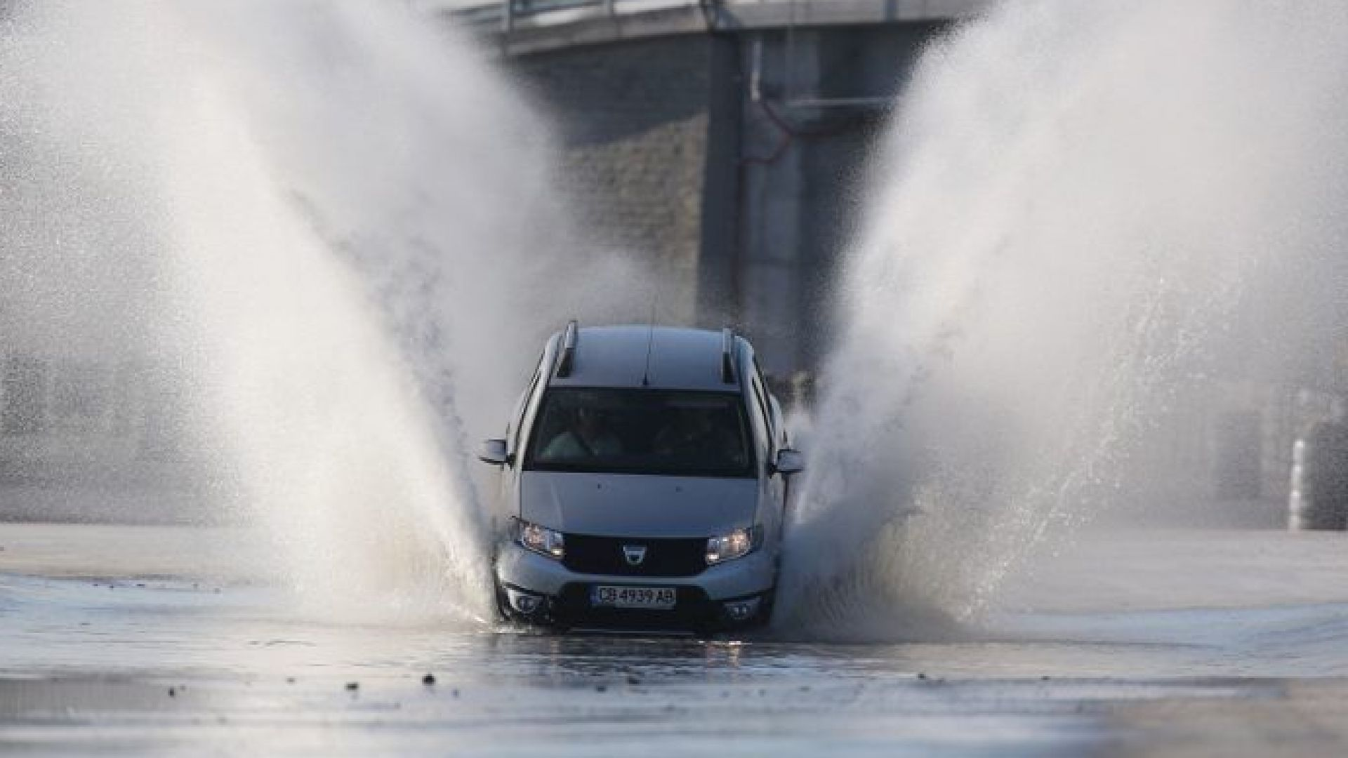 Есенният дъжд увеличава риска от аквапланинг, как да го избегнем?