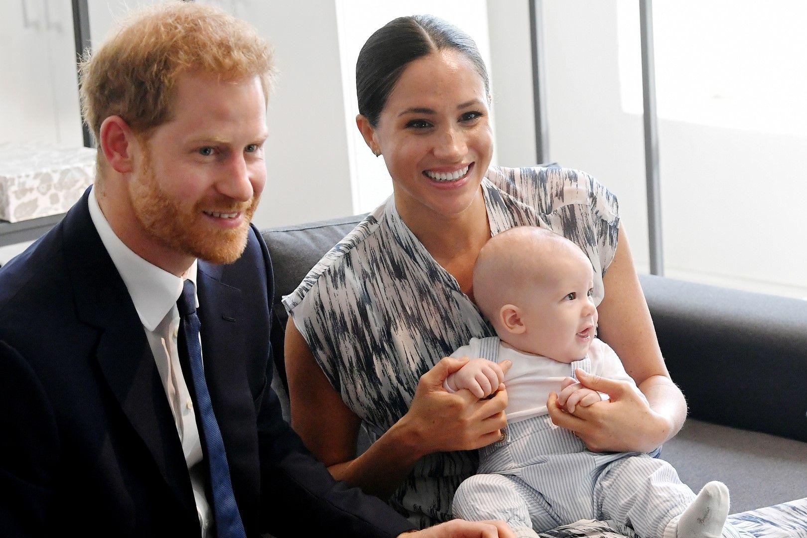 Щастливото семейство се снима с малкия Арчи миналия септември.
