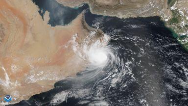 Тропическият циклон Хайкаа удря Арабския полуостров