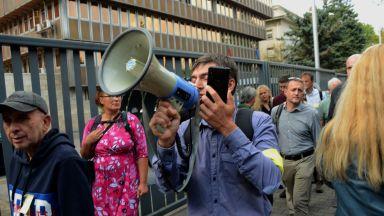 """Десетки се събраха пред БНР на протеста """"Да дадем сигнал!"""" (снимки)"""