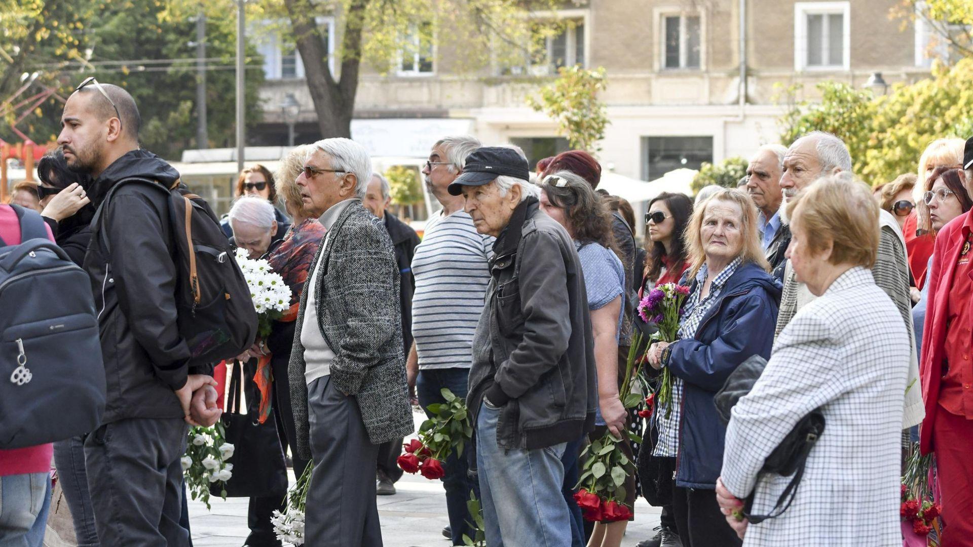Народът изпрати с аплодисменти проф. Юлиaн Вучков