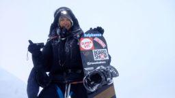Българин с историческо първо спускане от осемхилядник със сноуборд
