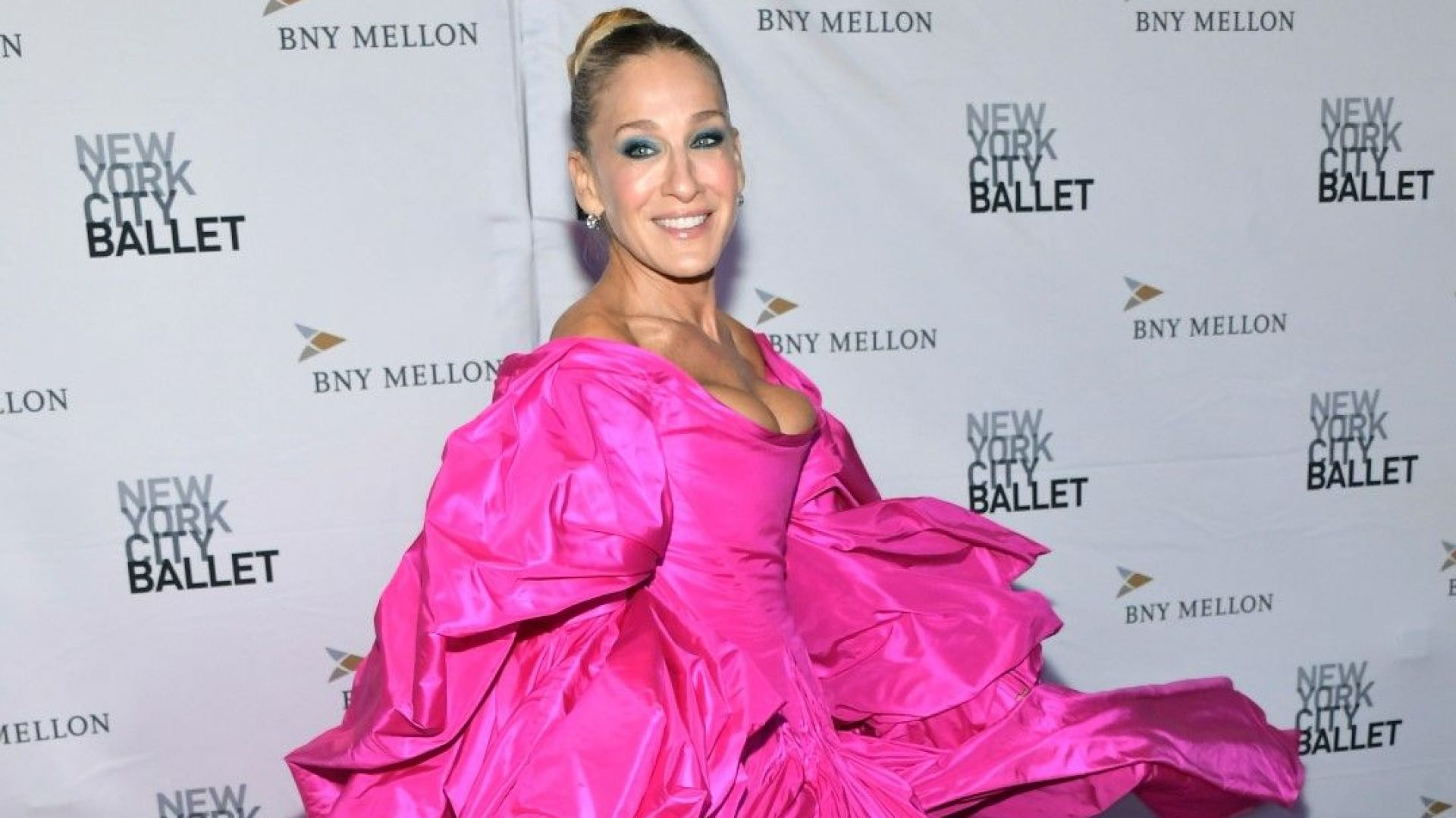 Сара Джесика Паркър пристегна бюста си във фрапантна цикламена бална рокля