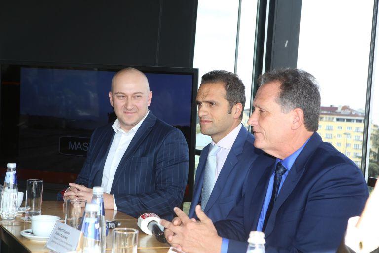 Аспарух Пилософ - представител на TAG за България, Тарек Хайдемани - директор на продуктово производство на TAG и Робърт Паздерка - главен изпълнителен директор на американската компания