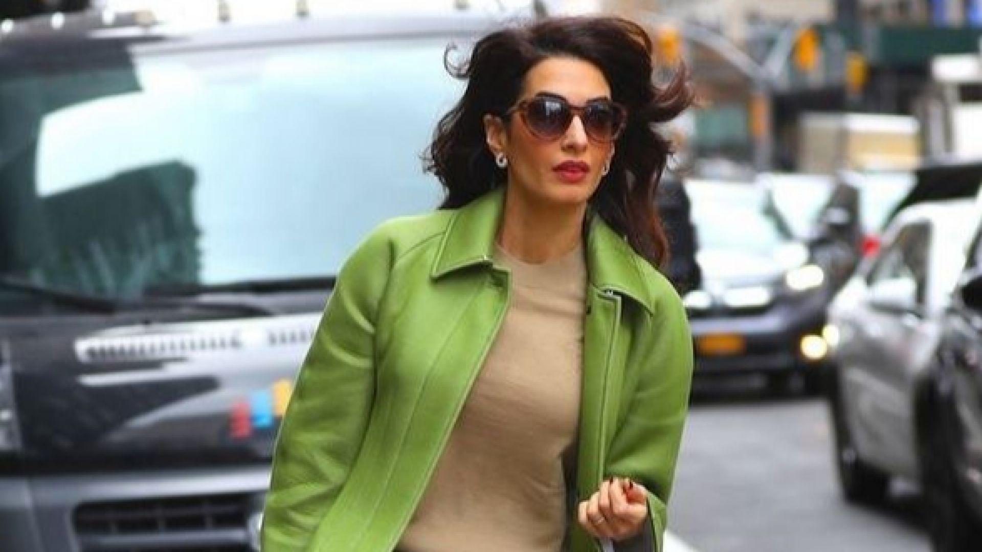 Амал Клуни не остана незабелязана с тревистозелен костюм в Ню Йорк