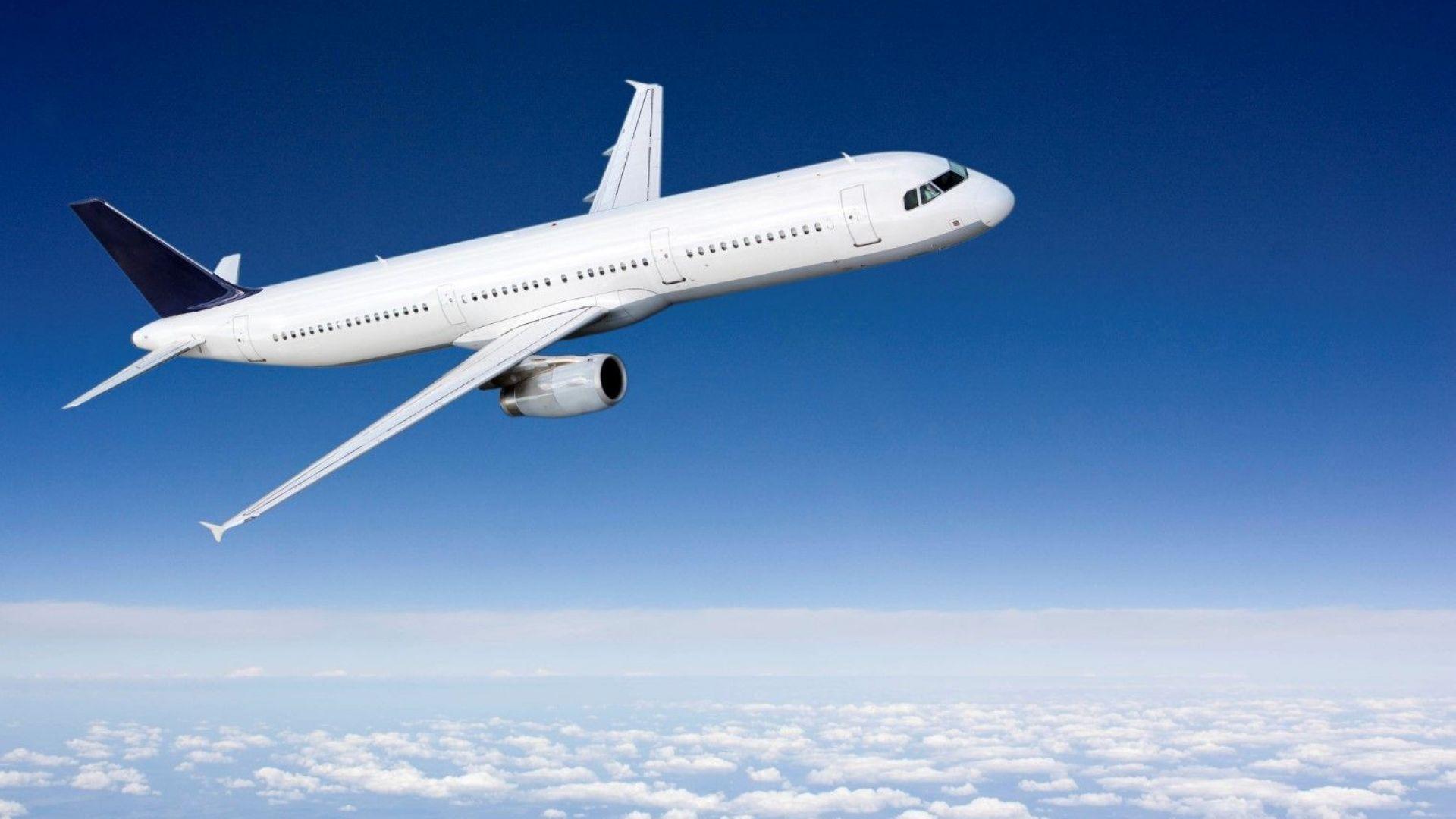 Самолет кацна по спешност, след като румънец наби стюардеса
