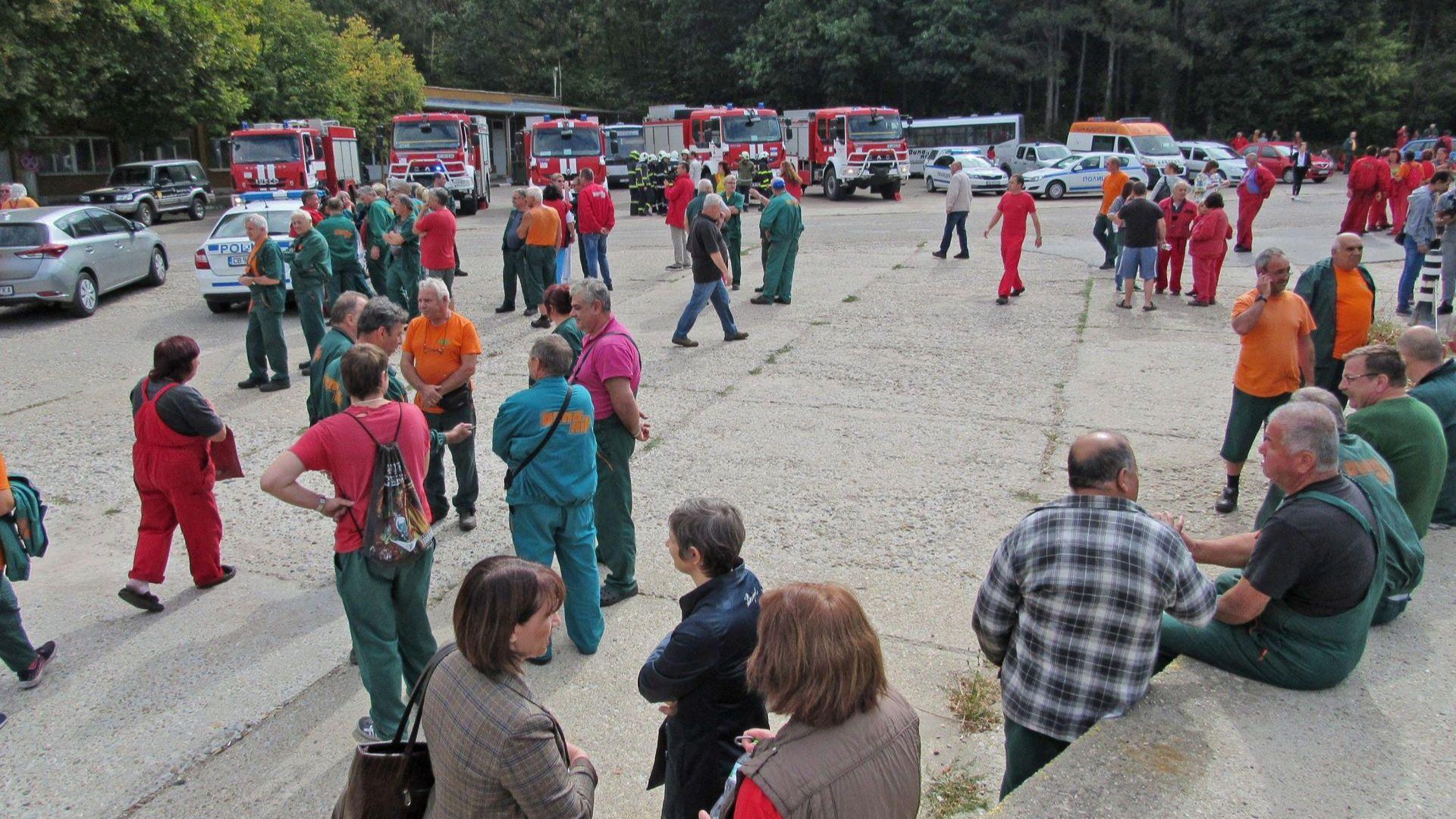 "Работници чакат пред ""Дунарит"", полицаи не пускат никого в завода"