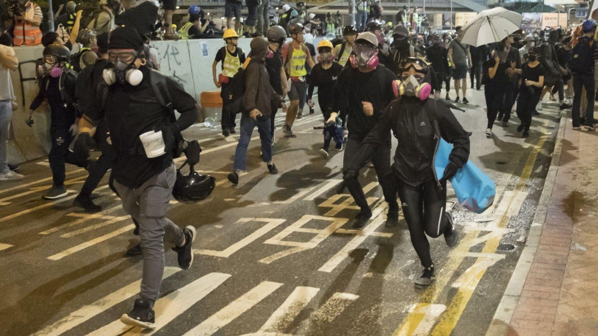 Полицията в Хонконг използва лютив спрей, за да разпръсне антиправителствени