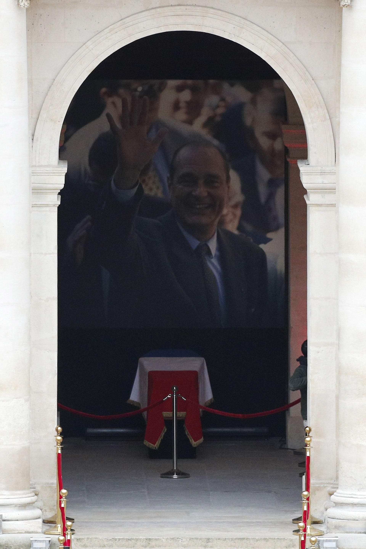 Очаква се на гражданската церемония да присъстват роднини на Ширак, но още не се знае дали сред тях ще бъде и вдовицата му Бернадет