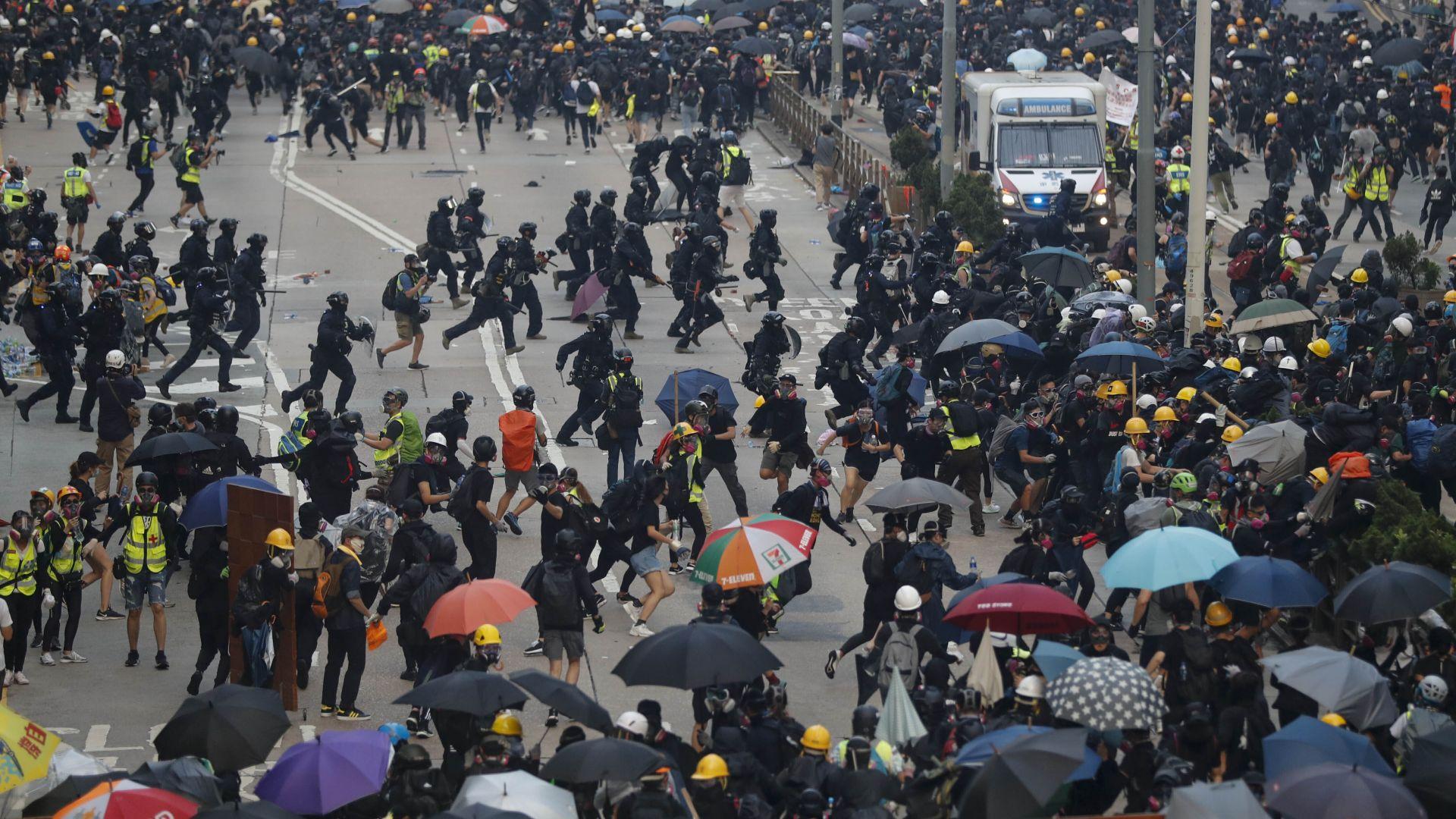 Тълпа обкръжи полицаите в Хонконг, те отвърнаха с арести и лютив спрей