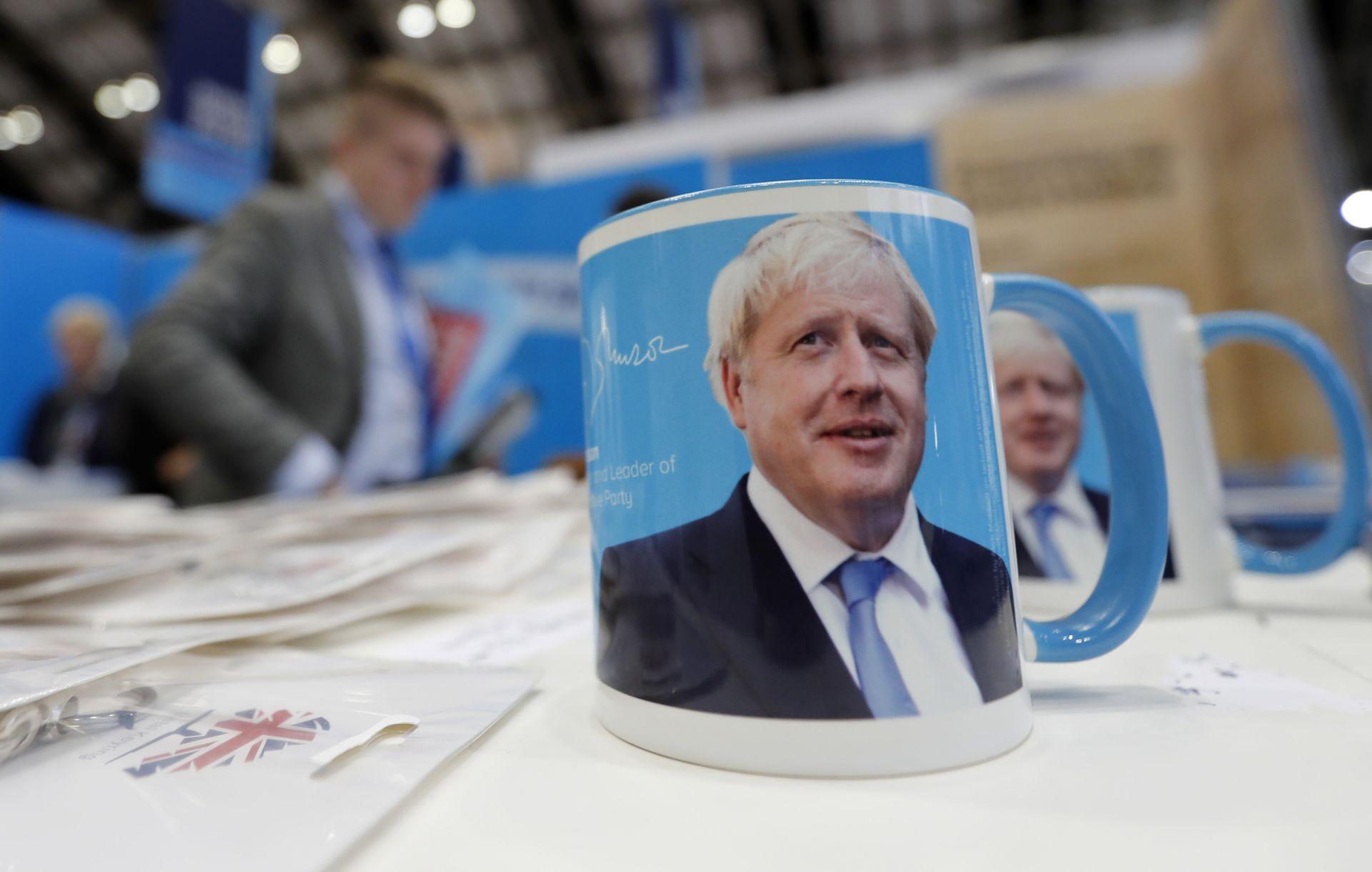 Привържениците на Джонсън можеха да си купят и чаши с неговия образ