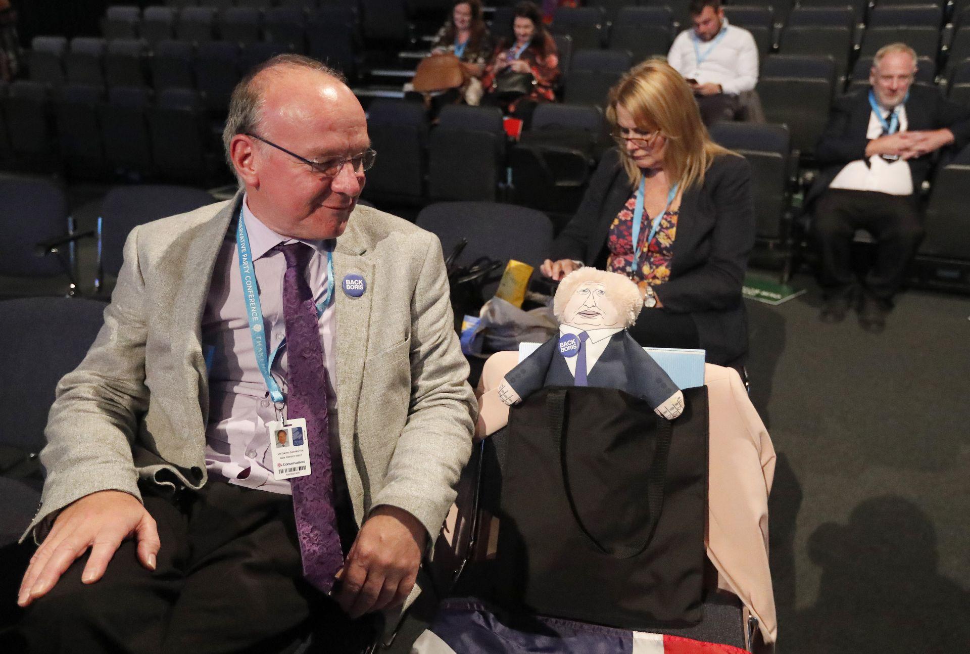 """Делегат на конгреса """"прави компания"""" на кукла, окарикатуряваща Борис Джонсън"""