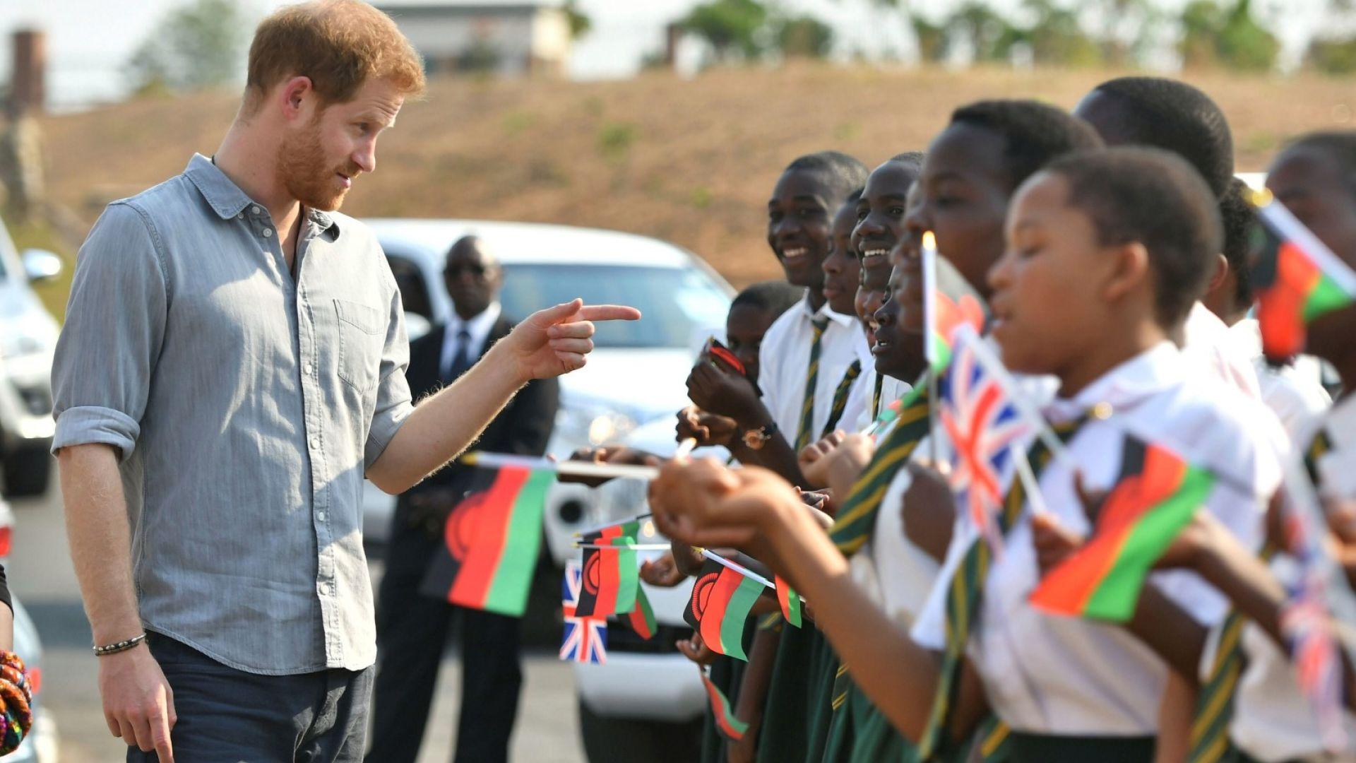 Принц Хари - в Малави, Меган се включи по скайп от Южна Африка