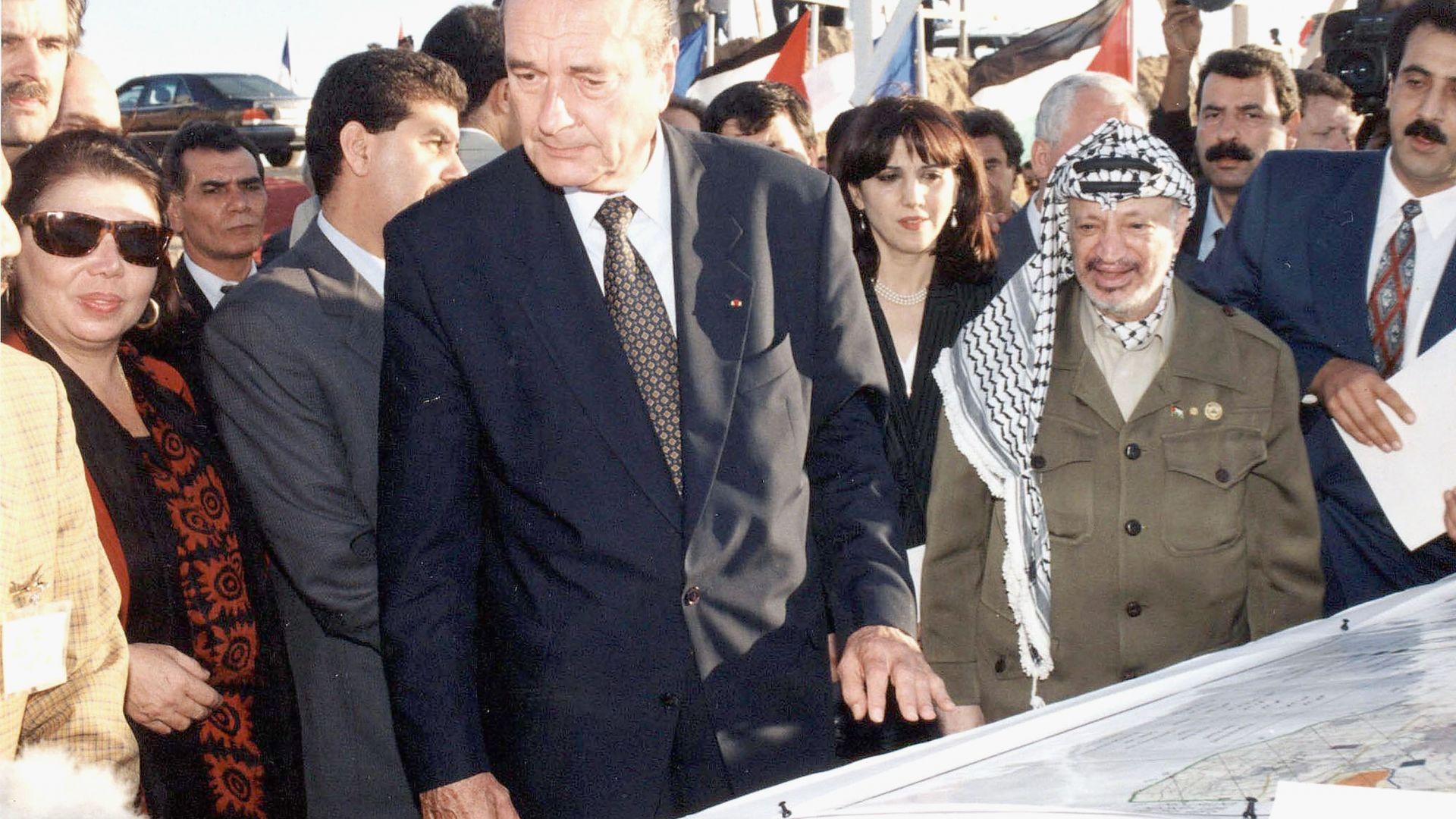 През 90-те години на миналия век Жак Ширак изгражда близки контакти с палестинския лидер Ясер Арафат, а това го превръща в герой за мнозина араби