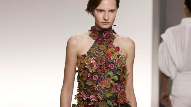 Givenchy заложи на обемите и флоралните мотиви в Париж