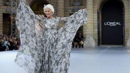 Хелън Мирън неотразима, боса и тичаща на дефилето на L'Oréal в Париж