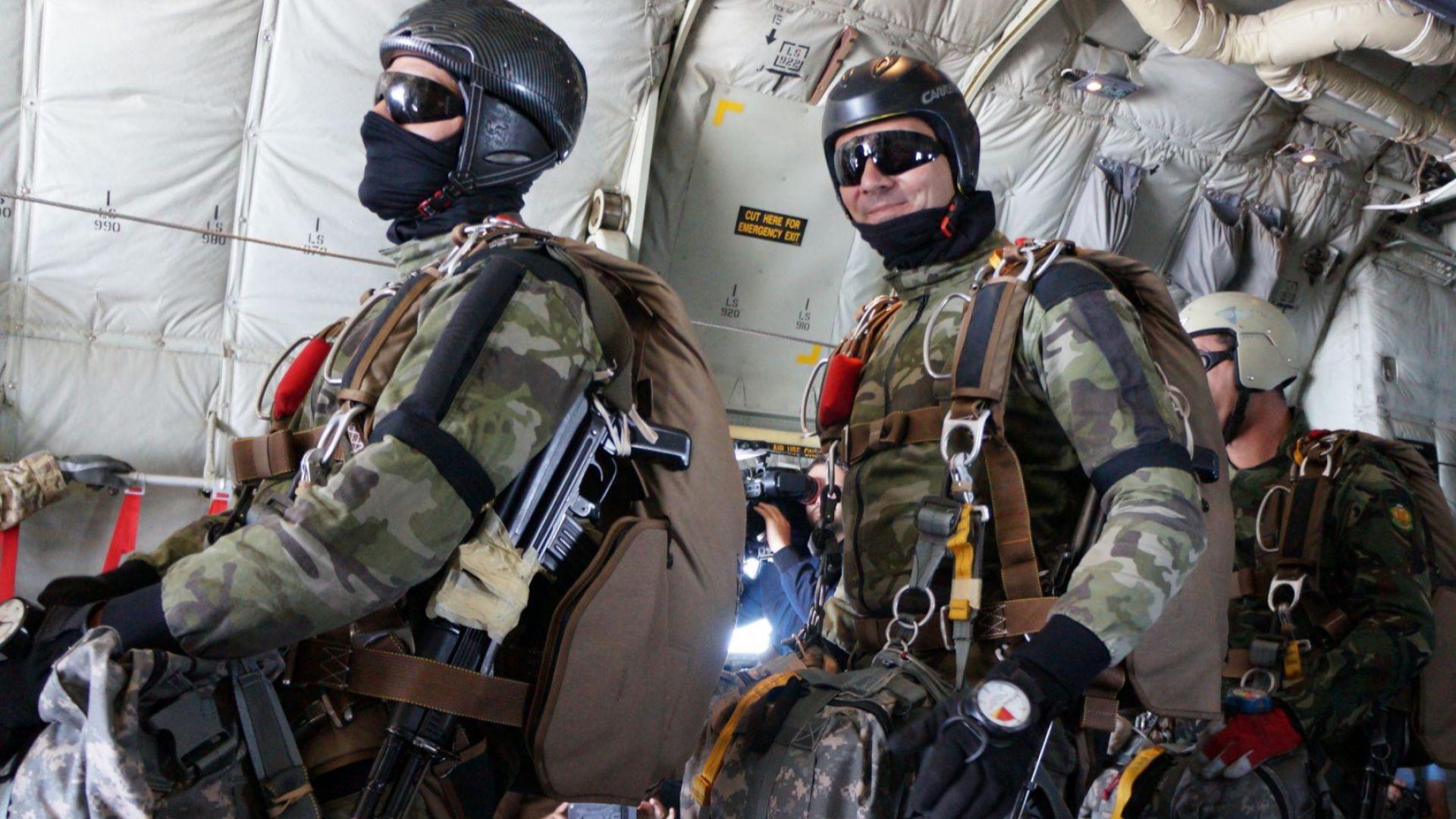 На летище Чешнегирово край Пловдив приключи курса на инструктори-парашутисти от