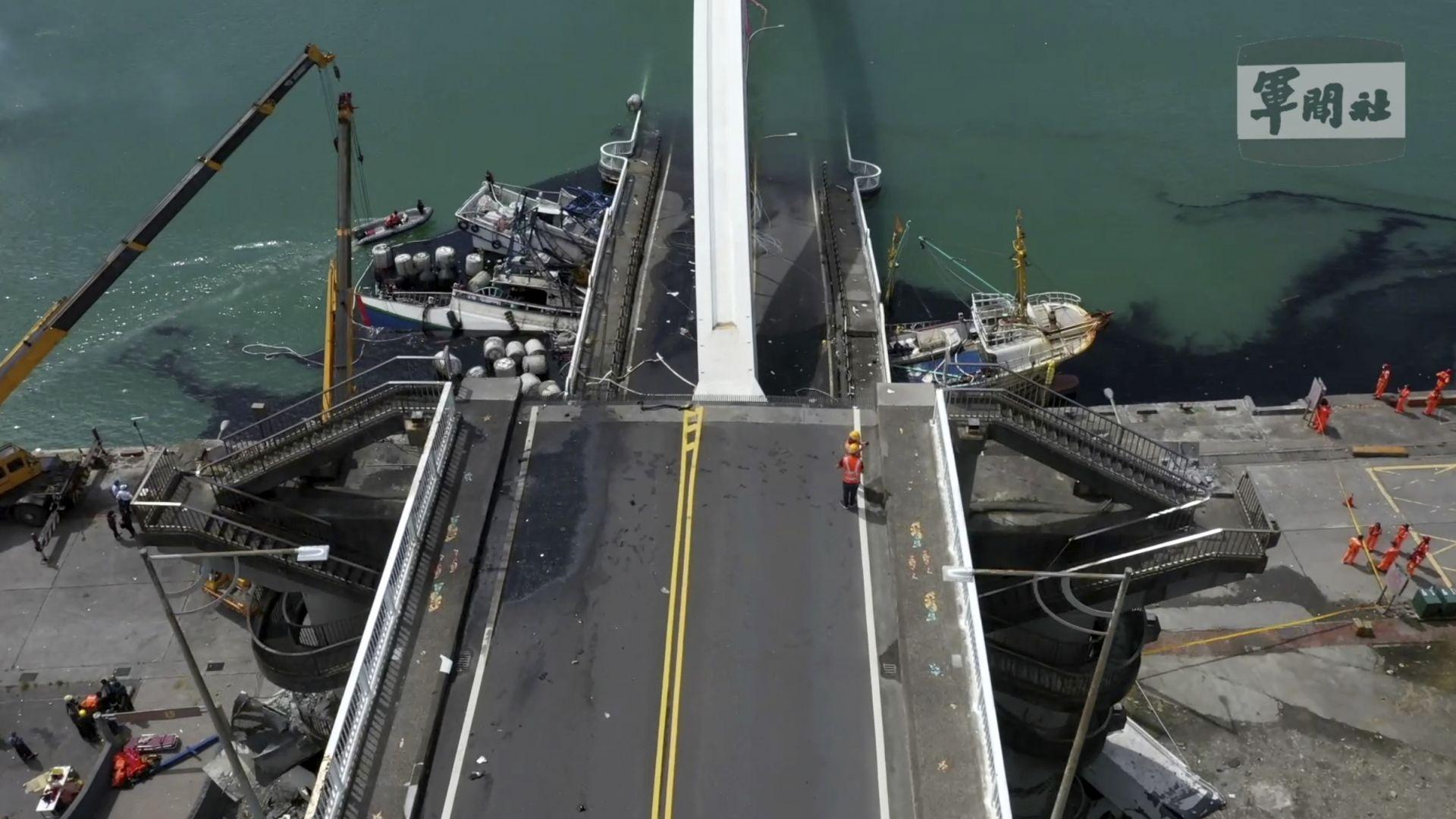 Мост се срути върху кораби в Тайван (снимки и видео)