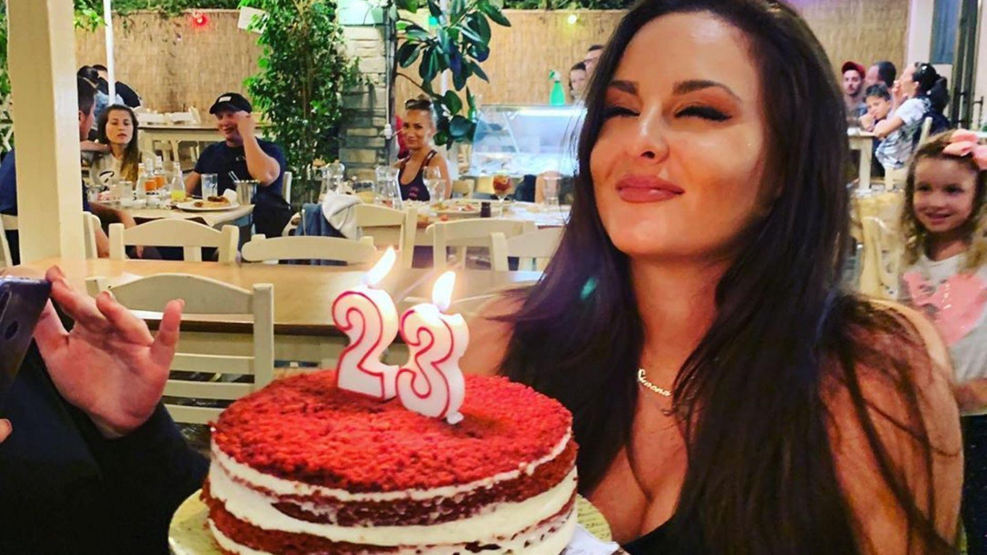 Глория отпразнува 23-ия рожден ден на дъщеря си в Гърция