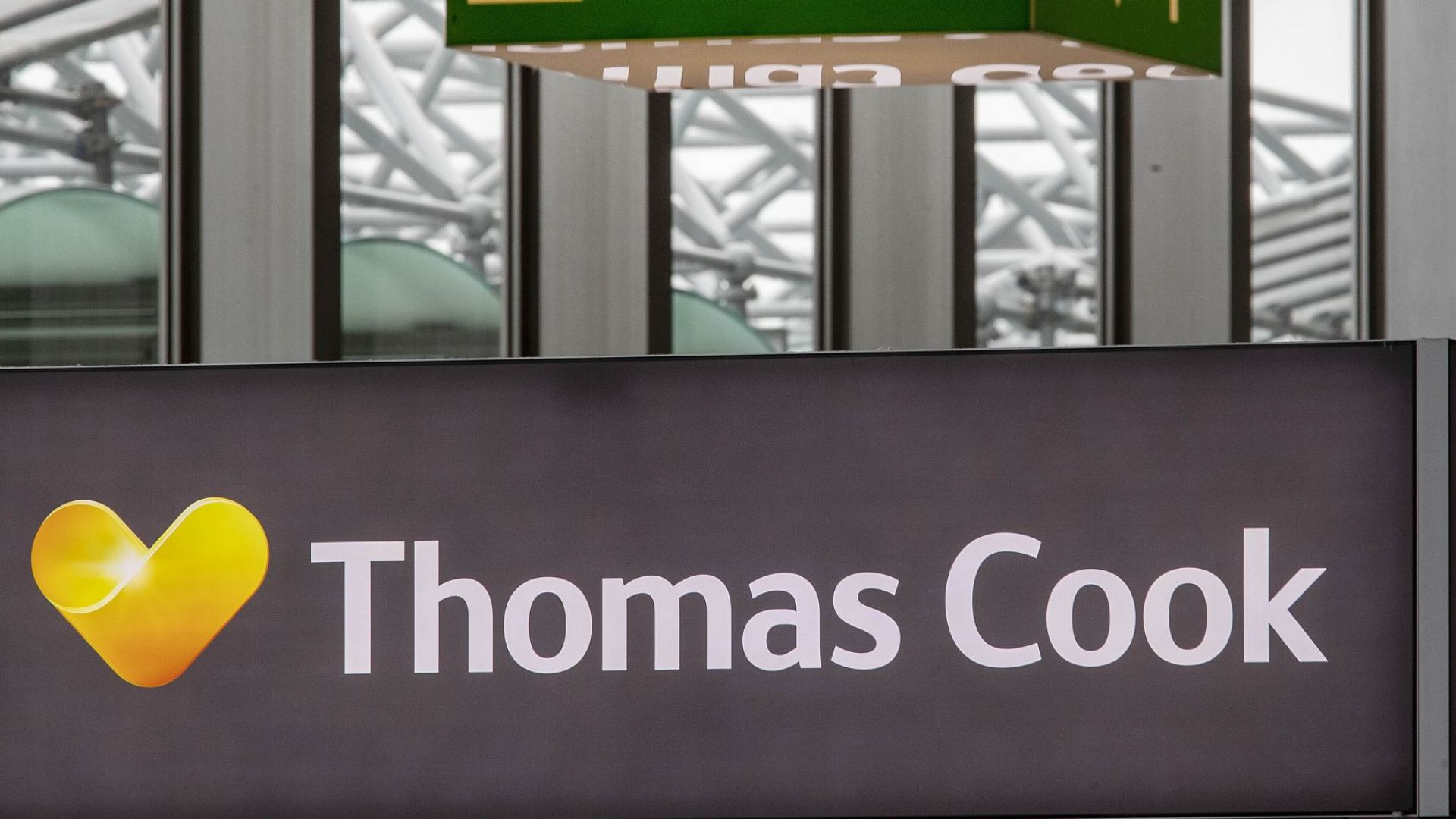 Разследват Ernst & Young относно одита на Томас Кук