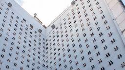 Арт стена с 440 чифта обувки на високи токчета протестира срещу насилието над жени