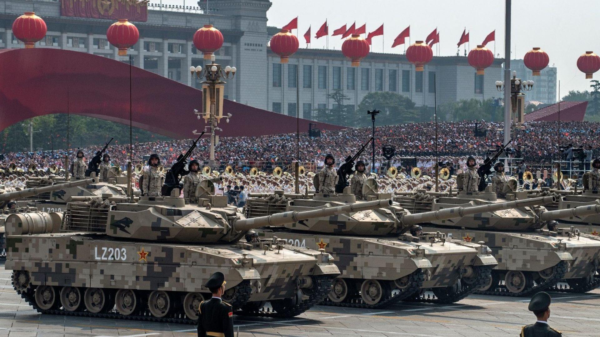 Грохотът от танкове разпали патриотични страсти в Пекин