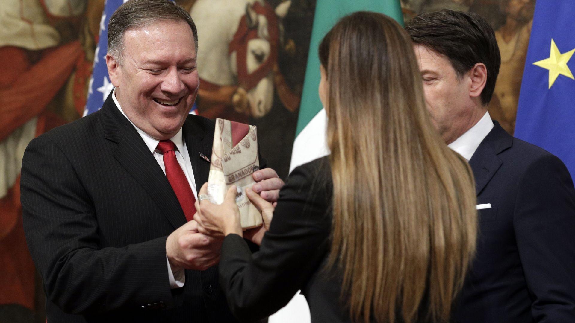 Италианска журналистка подари пармезан на Помпейо на срещата му с Конте, бил за Тръмп