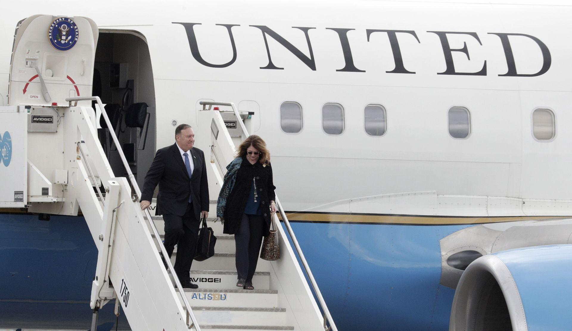Майк Помпейо пристигна в Европа заедно със съпругата си Сюзан
