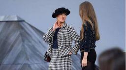 Разконспирираха жената, нахлула на подиума на ревюто на Chanel в Париж
