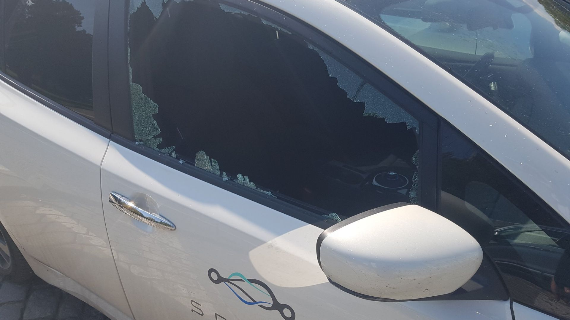Вандали потрошили 15 електромобила за споделено пътуване