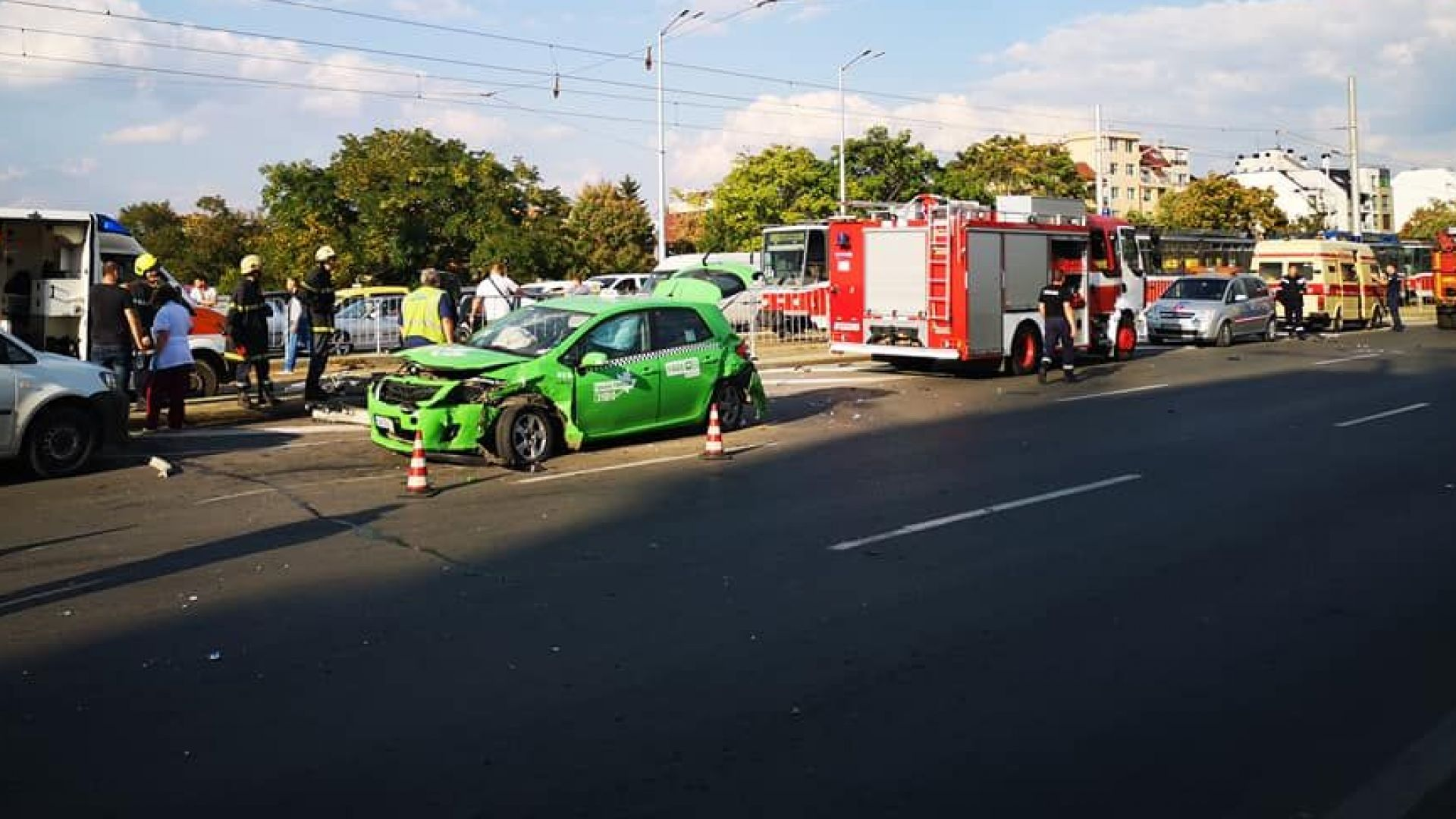 Четирима ранени при тежка катастрофа на столичен булевард (снимки)
