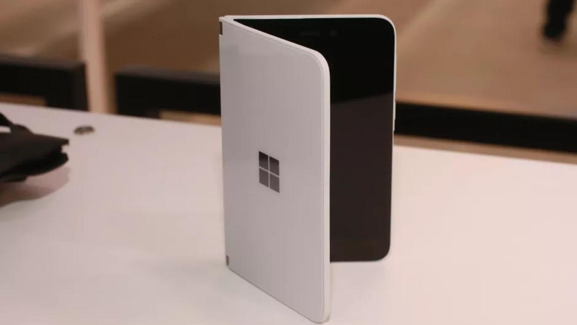 Microsoft Surface Duo се нацепва малко след покупката