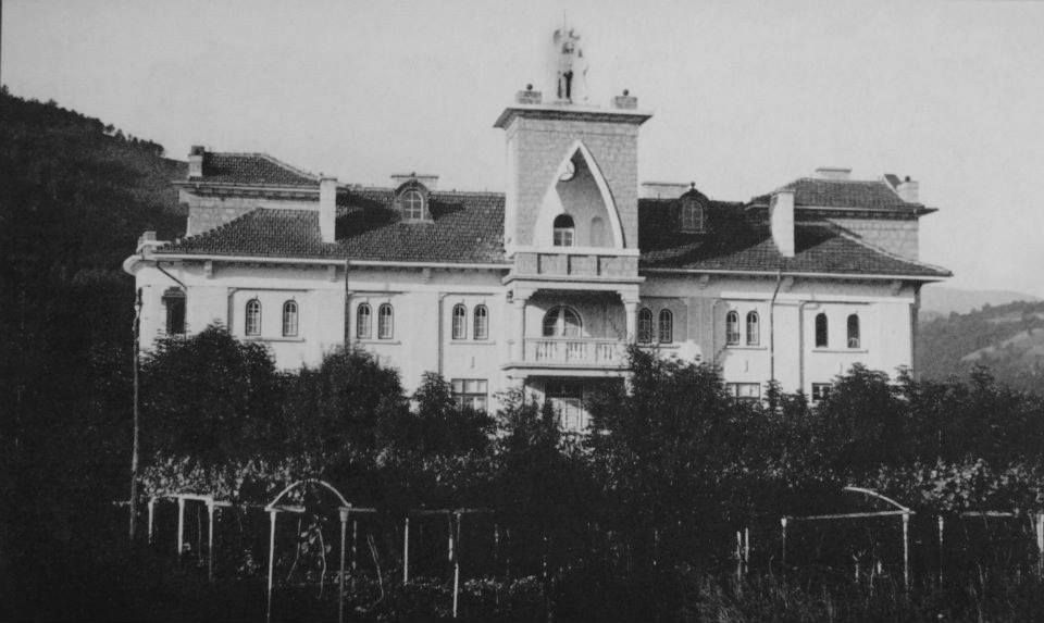 Четириетажната вила  в класически стил е построена през 1928-1933 г.