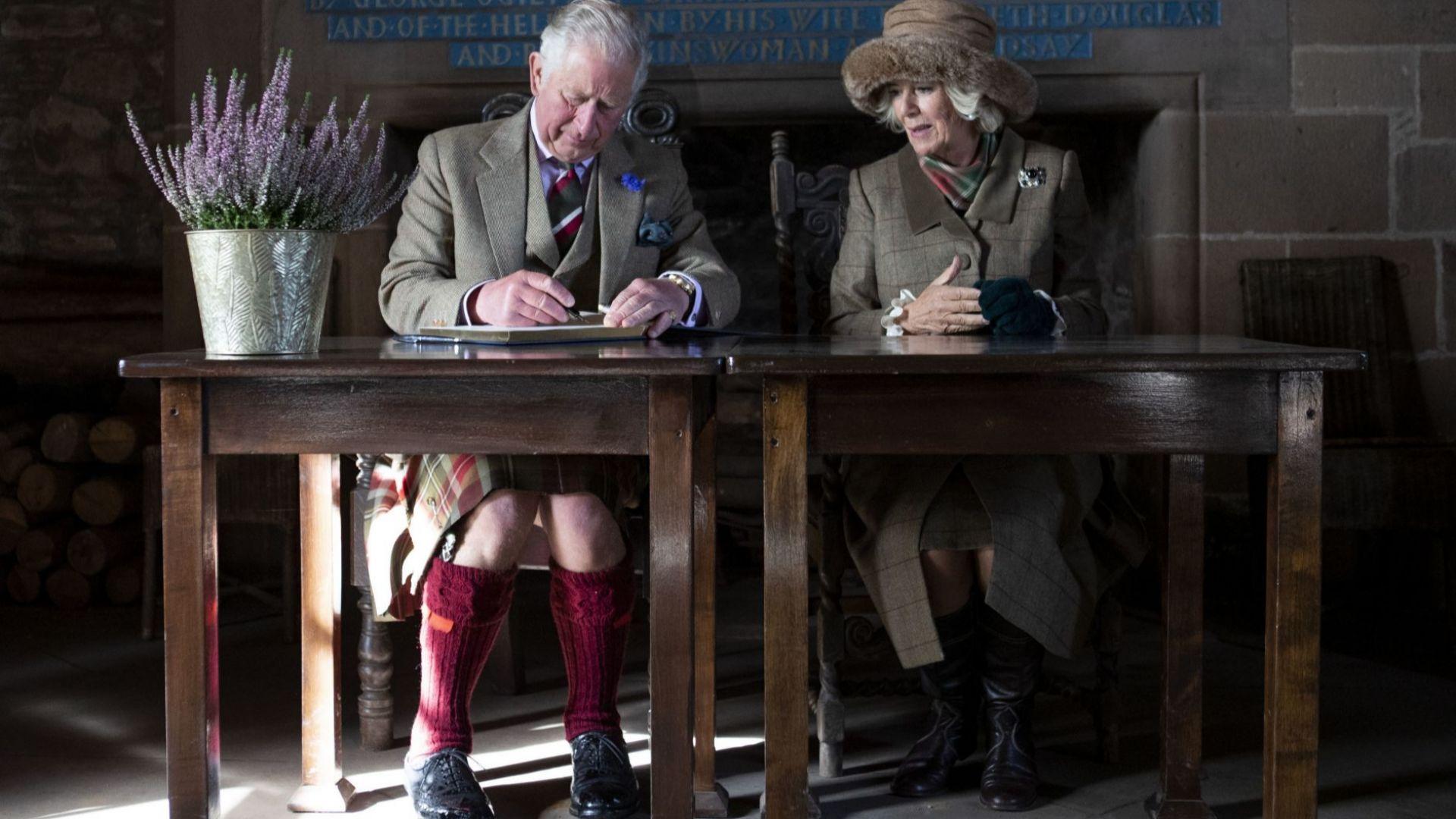 Принц Чарлз и Камила Паркър в съчетани тоалети на обиколка в Шотландия