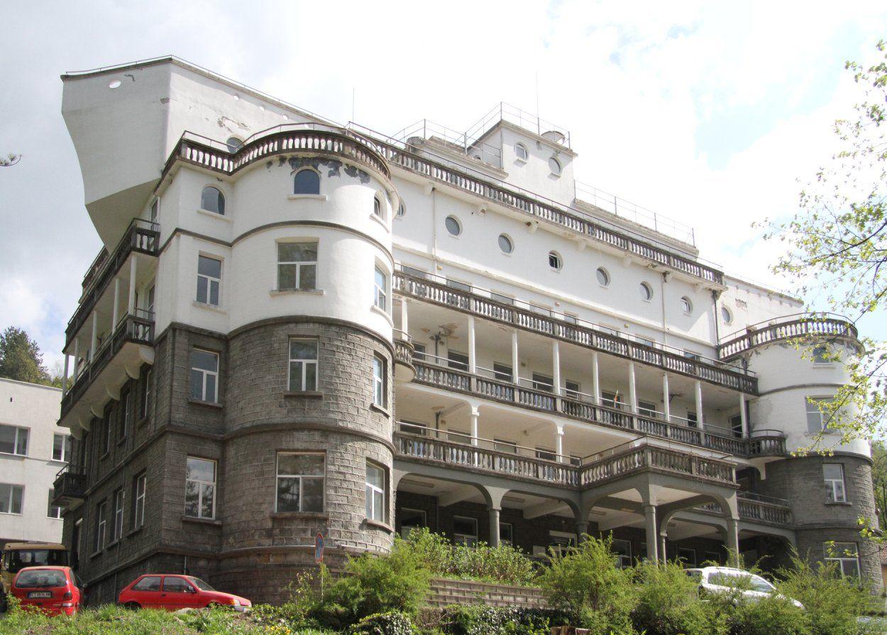 """Сградата на девическия пансион, известна като """"Парахода"""""""