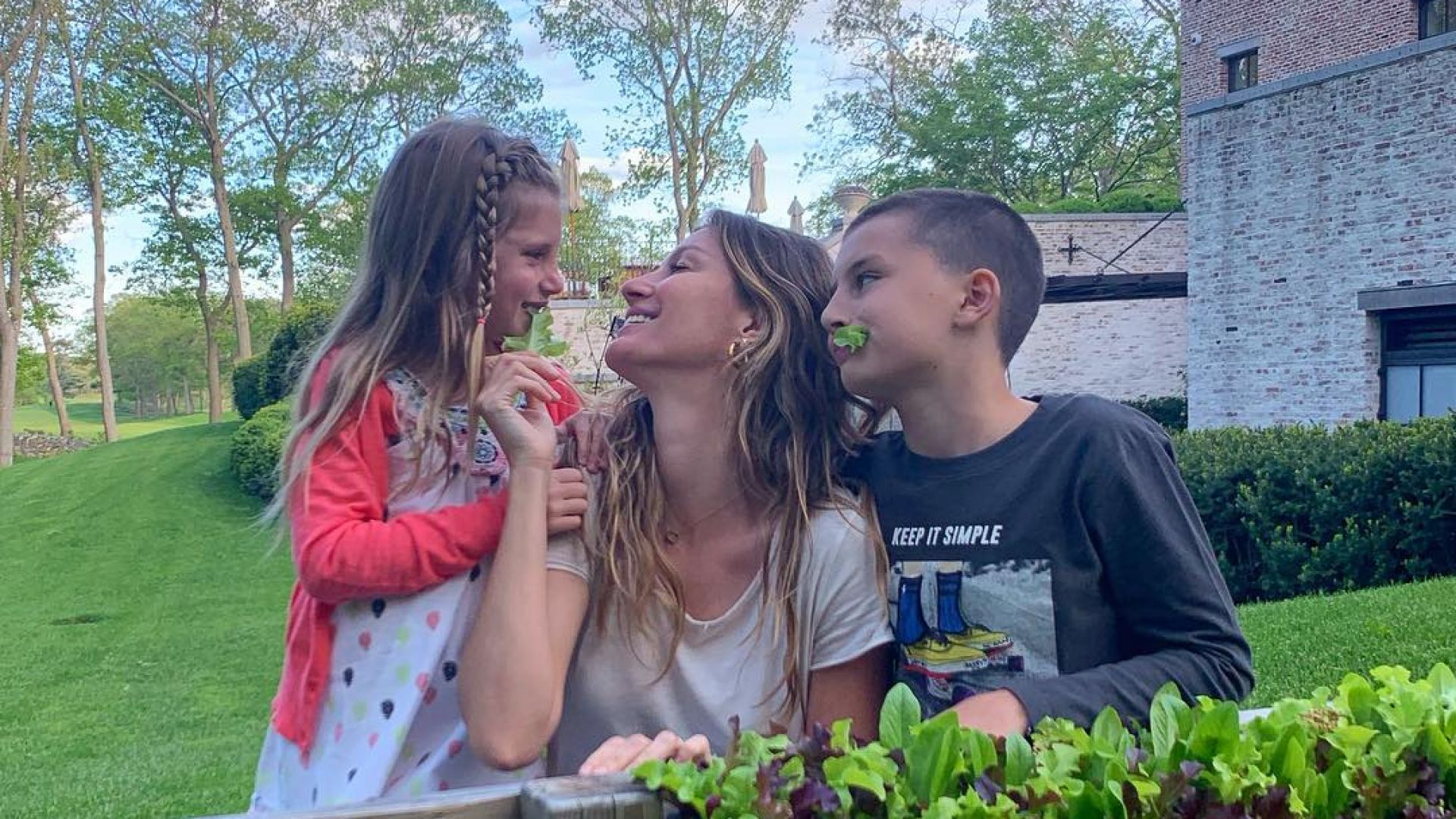 Жизел Бюндхен празнува успеха на Том Брейди с двете им деца