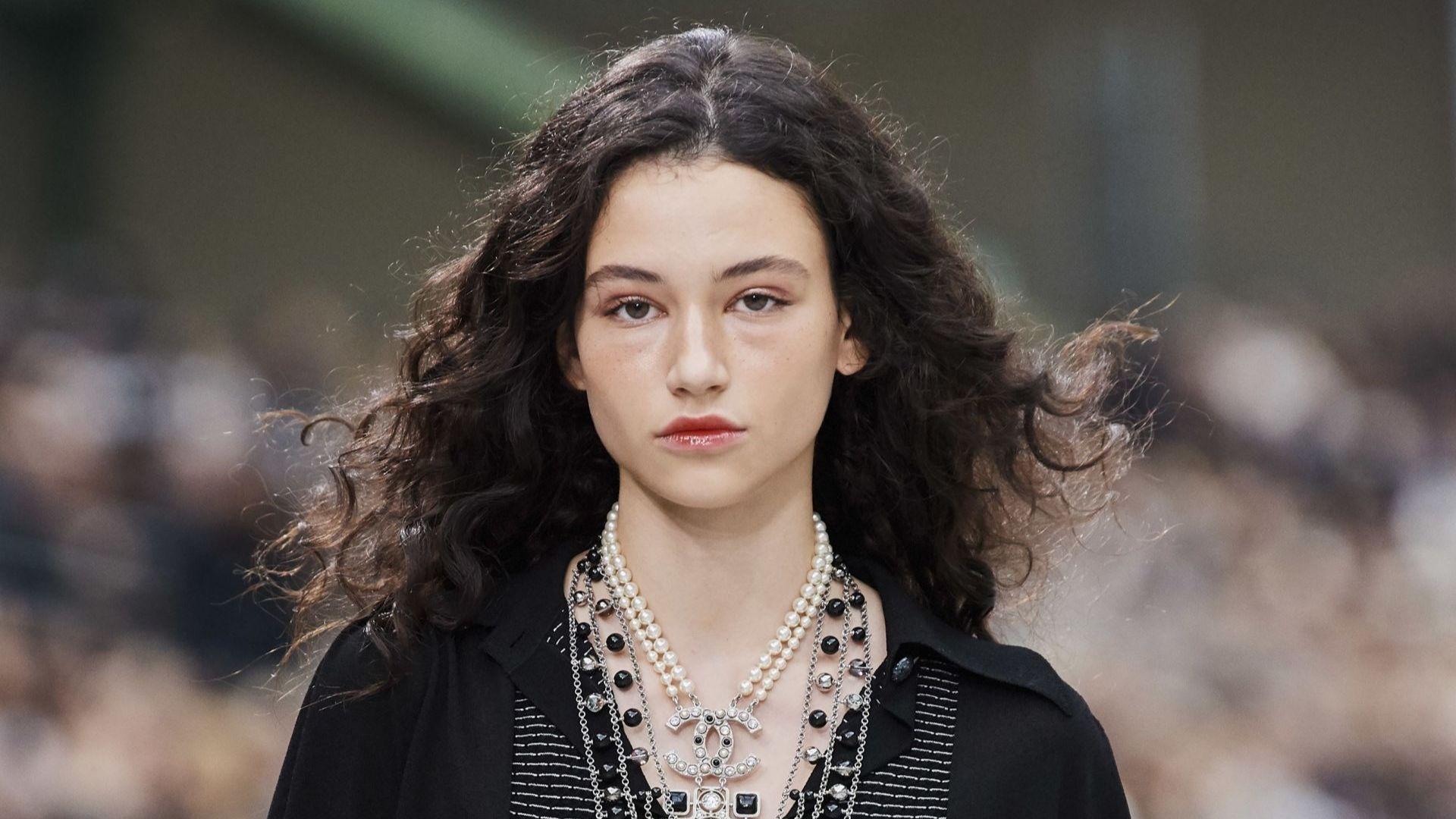 Chanel отново заложи на Бел Хинова за Седмицата на модата в Париж
