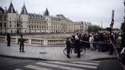 Бившият полицай, който нападна и уби 4-ма колеги в Париж, е бил глухоням