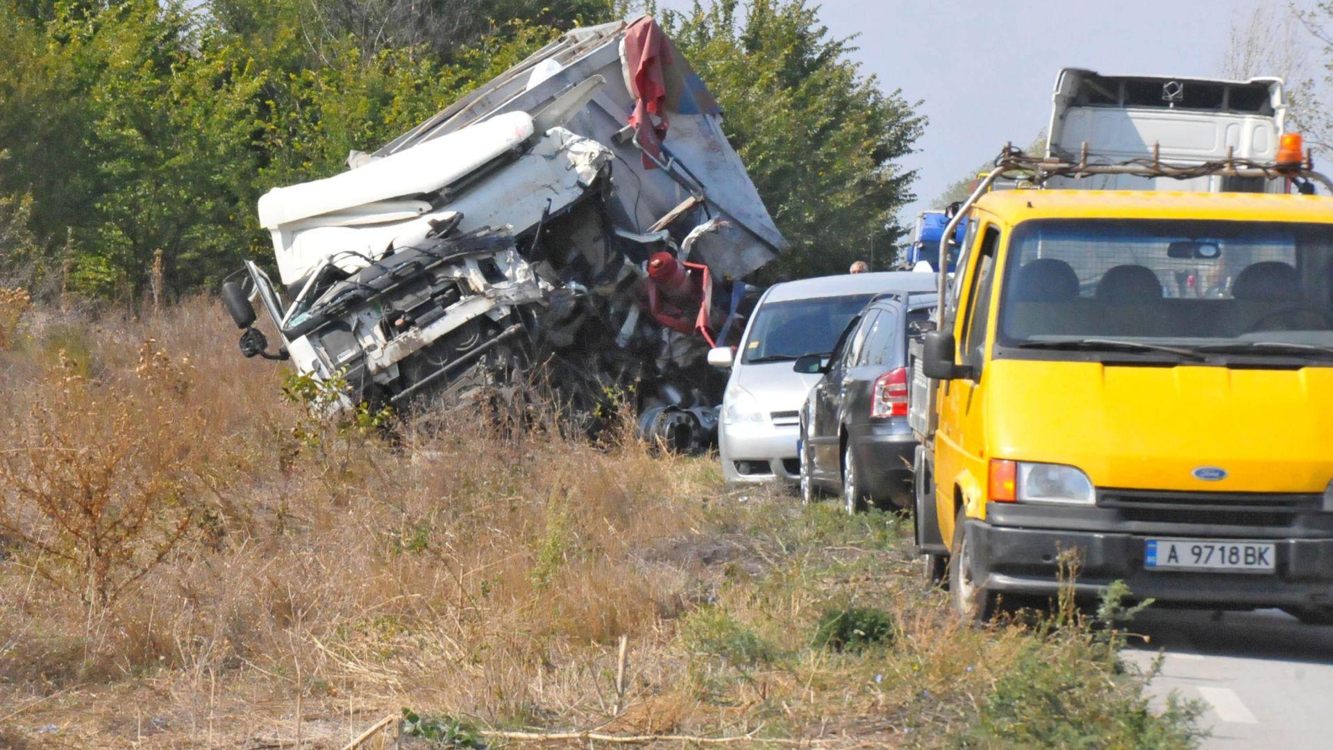 Две жертви при челен удар между два ТИР-а на пътя към Ришкия проход